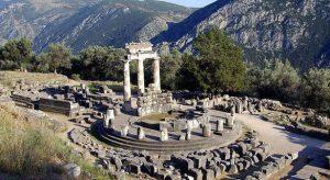 Tempio di Atena a Delfi (fonte: www.studiarapido.it/gli-oracoli-nella-societa-greca/