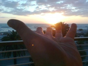 sole nella mano